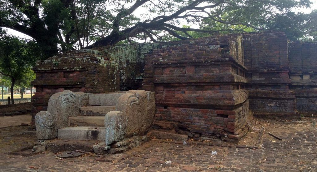 The Bodhigharaya (බෝධිඝරය) in the temple complex I
