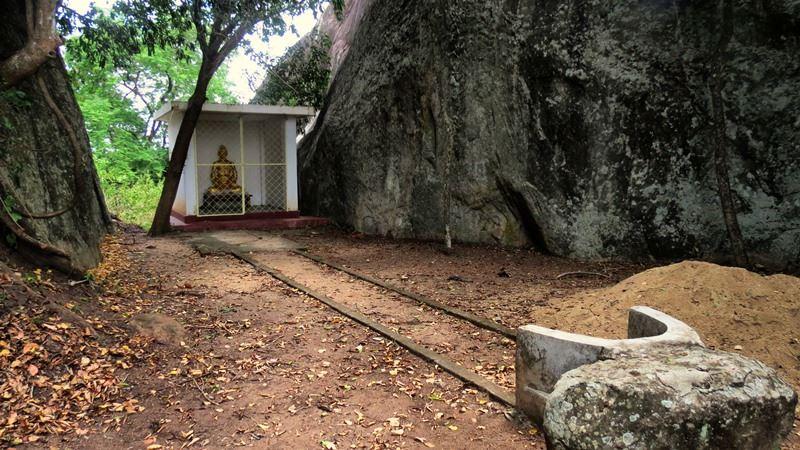A mediating path at Rambe Veheragala Viharaya