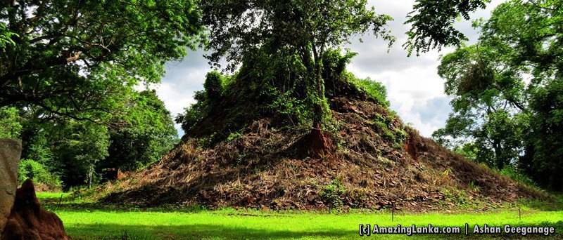 The larger of the dilapidated stupas of Yatiyallathota Kutumbala Rajamaha Viharaya
