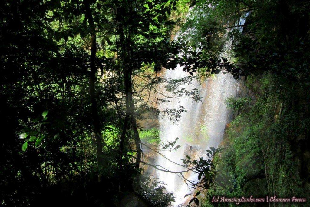 Hunnasgiriya Bambaragan Oya Waterfall 01
