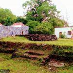 ත්රිකුණාමලයේ කන්නියා උණු දිය ළිං පරිශ්රයේ ඇති පුරාණ බෞද්ධ ආරාම සංකීර්ණයේ නටබුන් - Buddhist Ruins at the Kanniya Hot Water Wells in Trincomalee