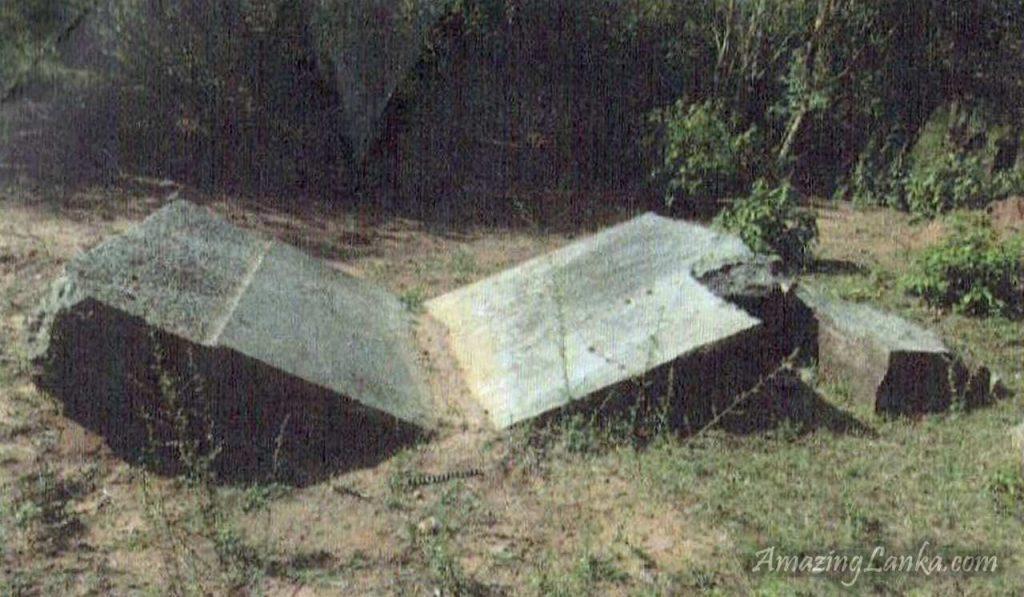 ඔඩ්ඩුසුඩාන් මුතියංකට්ටුකුලම බෞද්ය නටබුන් අතර කොටස් දෙකකට කැඩී ගිය විශාල ගල් පුවරුව - Muthiyankaddukulam Buddhist Archaeological Ruins in Oddusuddan, Mulativu